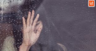 mulher limpando janela com uma mão para ver que o perdão é o caminho