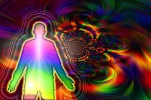 Silhueta de homem emanando de seu interior energia vital em forma de luzes em meio ao espaço com manifestações de energia em forma de luz