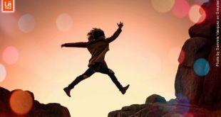 mulher saltando em sob um abismo demonstrando fé a força maior