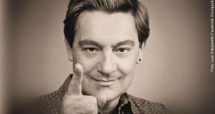 Luiz Gasparetto apontando para frente com o dedo indicando as frases de gasparetto