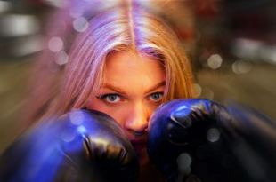 Mulher com luvas de boxe protegendo o rosto para reagir quando nada parecer dar certo