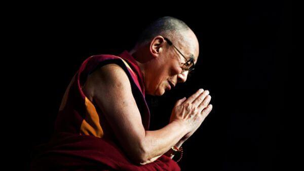 Dalai Lama com as mãos postas mensagem Dalai Lama coronavírus