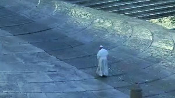 papa subindo escadaria da praça são pedro totalmente vazia epidemias igrejas