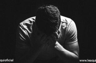 homem prostrado demonstrando estresse na pandamia
