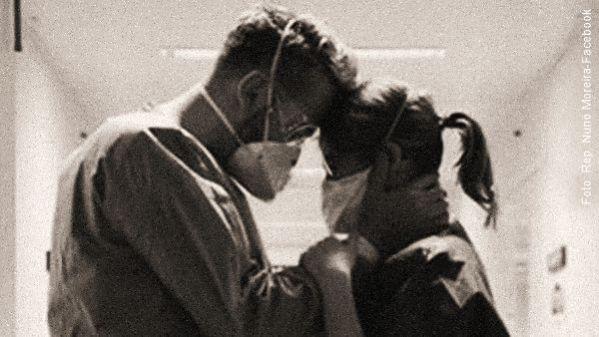 um enfermeiro consola uma enfermeira em um corredor de hospitais profissionais de saúde pandemia