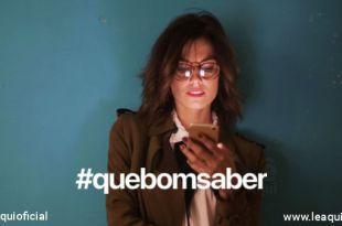 Mulher de óculos com telefone celularna mão lendo Que Bom Saber - nº3