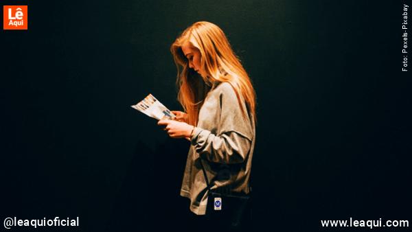 Moça lendo Que Bom Saber - nº5