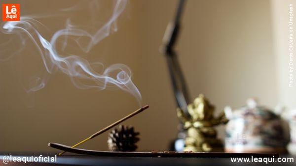 mesa com incenso queimando paz atrai o bem