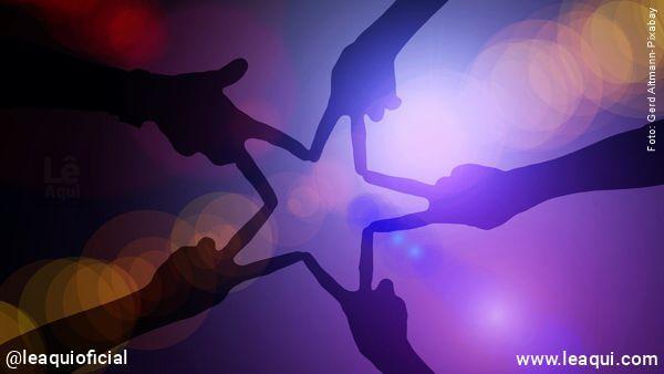 5 mãos formando uma estrela com os dedos indicador e médio simbolizando compaixão e solidariedade
