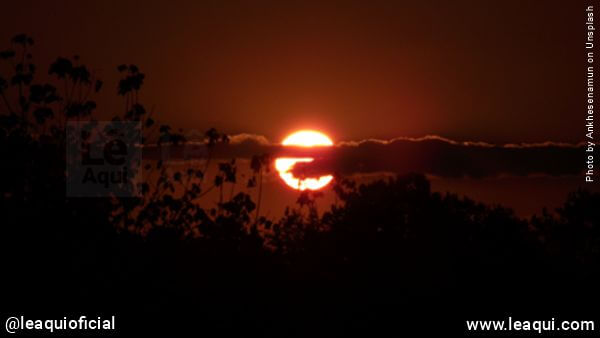 imagem do sol se pondo com cores dramáticas como se o mundo acaba