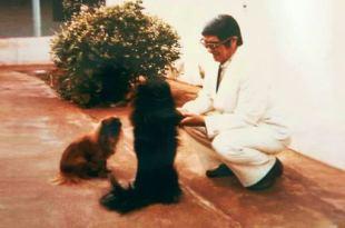 Chico Xavier abaixado brincando com dois cachorrinhos para ilustrar animais quando morrem