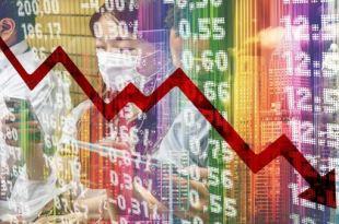 Montagem fotográfica com telas de cotações da bolça de valores com sobreposição de imagens de pessoas com máscaras cirúrgicas e uma linha decrescente indicando um gráfico saúde ou economia