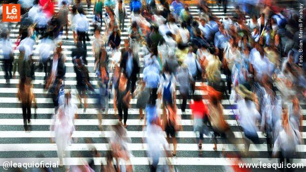 """vária pessoas atravessando na faixa de pedestre """"novo normal"""" pandemia"""