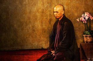 ilustração do monge Thich Nhat Hanh meditando ao lado de uma pequena mesa que tem um vaso com flores Thich Nhat Hanh felicidade