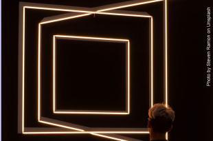 homem olhando conjuntos de quadrados mudanças na vida