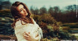 Moça abraçando a si mesma com olhar contemplativo pensando Deus nos deixa sofrer