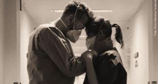 dois enfermeiros em um corredor de hospital consolando-se mutuamente Dalai Lama profissionais saúde