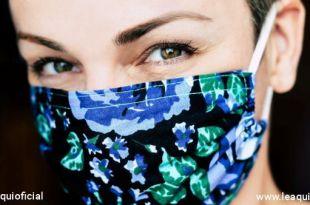 rosto de uma moça usando máscara Oxford máscaras faciais