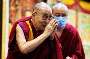 Dalai Lama agradecendo os participantes de sua conferencia virtual com as mãos postas Dalai Lama mundo conturbado