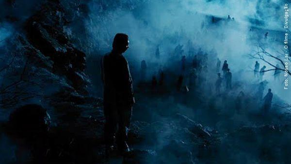 Cena do filme Nosso Lar onde André Luiz atônito observa o umbral