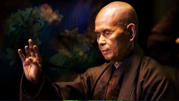 Imagem de Thich Nhat Hanh meditando relaxar mente e corpo