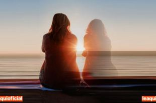 mulher sentada observando o por do sol tendo ao lado seu espírito protetor anjo da guarda