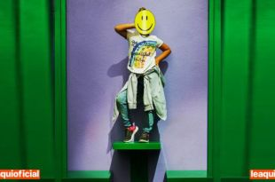 uma jovem em pose extrovertida com uma máscara de carinha feliz otimismo faz bem à saúde