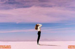 uma mulher em um imenso deserto oração amor-próprio