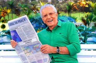 foto do Carlos Alberto de Nóbrega com jornal nas mãos sentado no banco da Praça é nossa Carlos Alberto de Nóbrega espiritismo