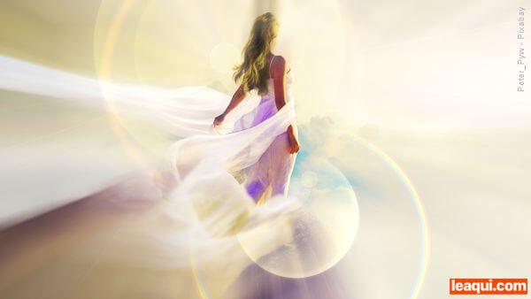 ilustração de um espírito de luz em meio a luzes e bruma espíritos puros