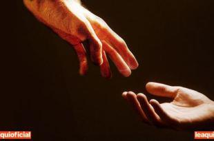 mãos de um médium recebendo a luz da mãos de um espírito os sinais e os sintomas da mediunidade