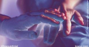 mão sobrepondo ou tra mão em movimento mediúnico respostas sobre mediunidade