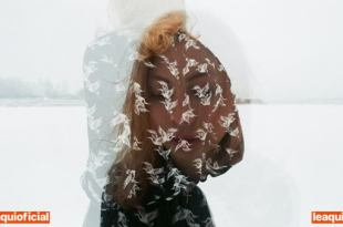 foto com fusão de imagens do rosto de uma mulher com os olhos fechados sobreposto ao corpo dela andando sonambulismo
