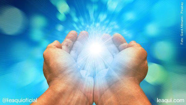 mãos em concha recebendo luz espiritual para passe passe espírita
