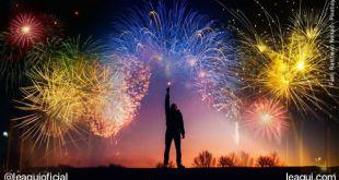 humem com a mão levantada com uma luz sob queima de fogos de artifícios resoluções de ano novo