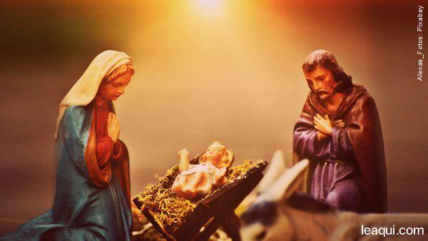Estátuas de gesso pintadas representando a clássica cena do nascimento de Jesus na manjedoura tendo ao seu lado Nossa Senhora Santíssima e São Jose orando. Emmanuel prece para Natal