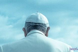 papa Francisco visto de costas em ato de contrição Papa Francisco alerta covid-19