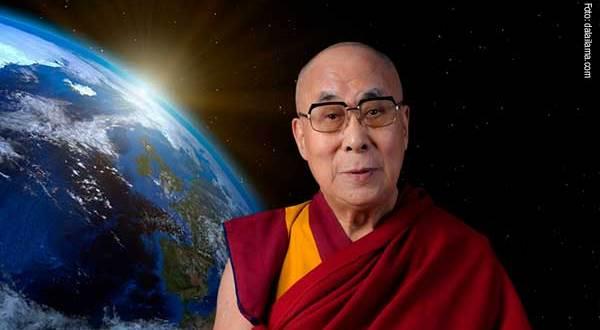 montagem fotográfica apresentando o Dalai Lama com o planeta Terra atrás Dalai Lama feliz 2021