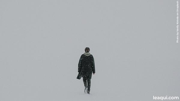 homem andando sem imagem definida missão nesta vida