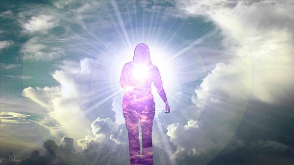 montagem fotográfica de uma mulher com um brilho no centro do peito caminhado nas nuvens Deus preparando renovação