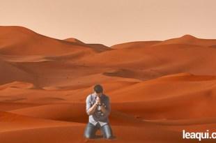 Rapaz ajoelha chorando em meio ao deserto amor de Deus