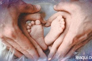 """Montagem fotográfica comum """"túnel"""" de luz vindo do espaço ao fundo e mãos de pai e mãe em forma de coração segurando pés de bebê reencarnação"""