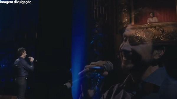imagem do padre Fábio de Melo cantando para a sua mãe mãe de padre Fábio parte