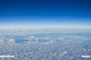 fotografia da estratosfera bem acima das nuvens que se parecem um imenso e belo tapete branco e acima o puro, limpo e puro azul silêncio interior coisas