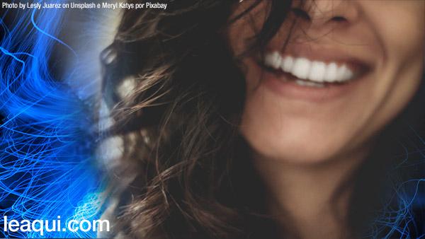 close no rosto de uma mulher sorrindo demonstrando felicidade falar de felicidade
