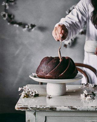 decorating-chocolate-cake