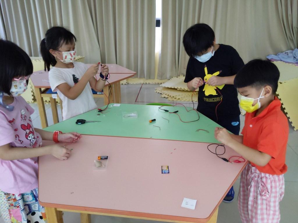 孩子們一起想辦法讓燈泡亮起來!