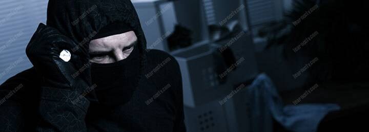 Kẻ trộm đeo mặt nạ có đèn pin