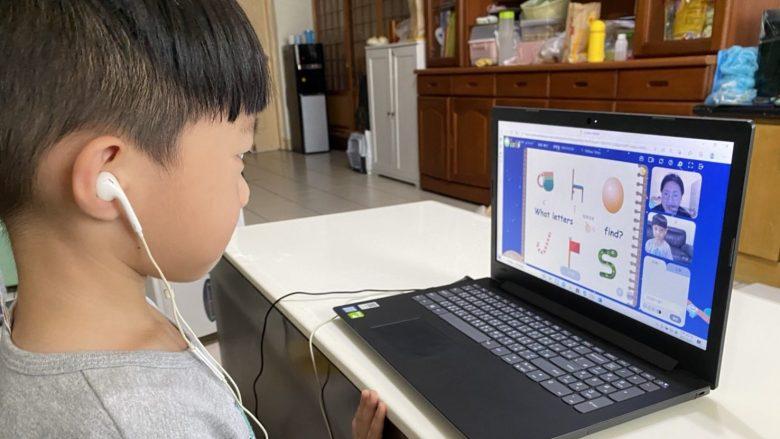 二寶沅璟認真與老師對話,透過圖像聯想英文字母並練習單字發音