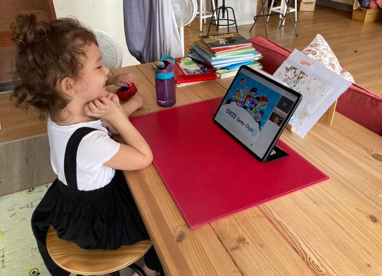 期待上課的棉花糖,專心看著螢幕等老師上線